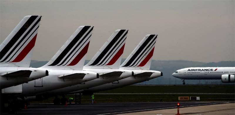 מטוסי אייר פראנס חונים בנמל התעופה בפריז. מגפת הקורונה צמצמה משמעותית את היקפי הטיסות / צילום: Christophe Ena, AP