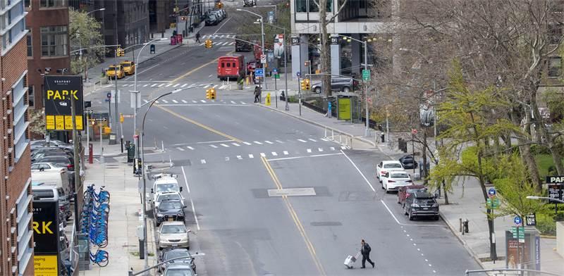 רחובות ניו יורק ריקים מתנועה בצל הקורונה / צילום: Mary Altaffer, AP