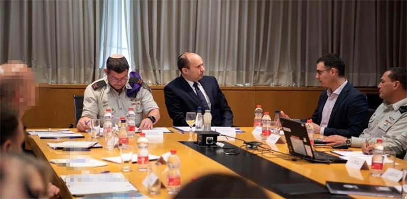 שר הביטחון בנט בישיבת הקבינט בעקבות נגיף הקורונה / צילום: משרד הביטחון
