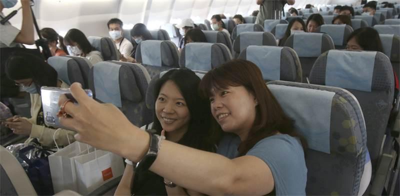"""משתתפות בטיסת """"הכאילו"""" בטיוואן / צילום: Chiang Ying-ying, AP"""
