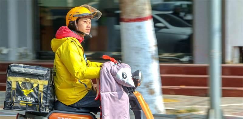 שליח בסין. הרוב מועסקים כעובדי קבלן / צילום: רויטרס, Jin Hua