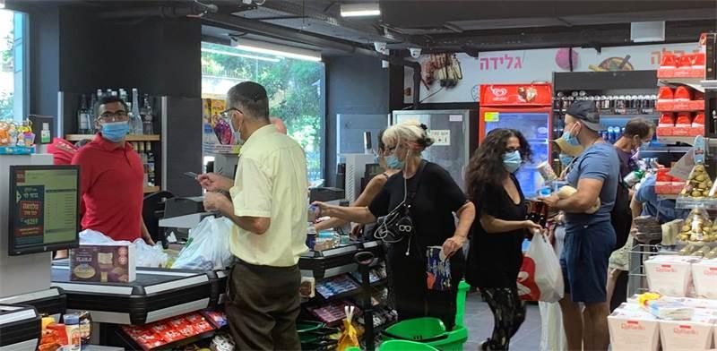 """קניות ברמי לוי בשכונה בת""""א בצל ראש השנה והסגר הצפוי / צילום: שני מוזס, גלובס"""