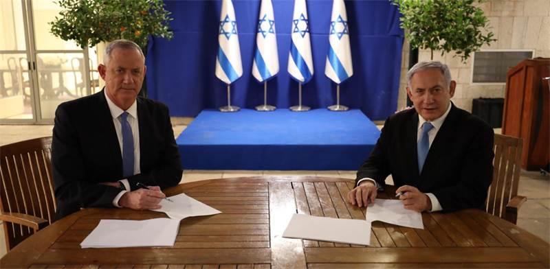 """בנימין נתניהו ובני גנץ חותמים על הסכם להקמת ממשלת אחדות / צילום: הליכוד, יח""""צ"""