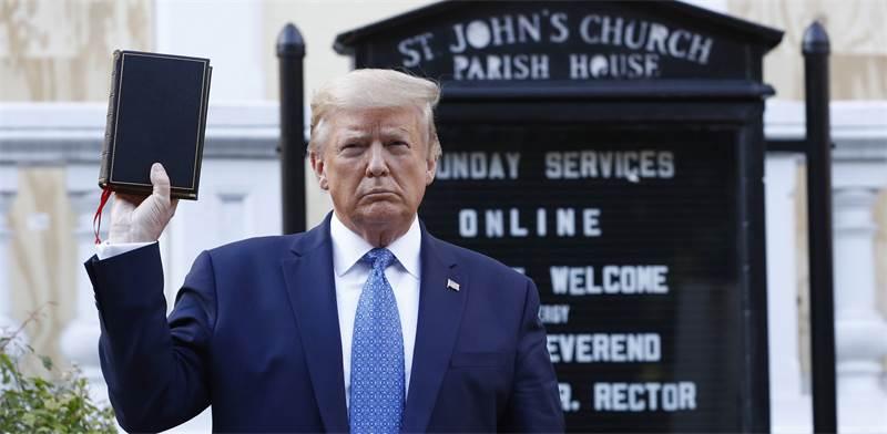 """טראמפ מחזיק תנ""""ך מחוץ לכנסיית הקדוש ג'ון / צילום: Patrick Semansky, AP"""