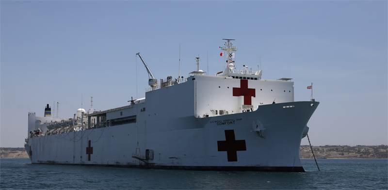 """בתי חולים צפים על המים: ספינות רפואיות של צבא ארה""""ב יטפלו בחולי קורונה / צילום: Mariana Bazo, רויטרס"""