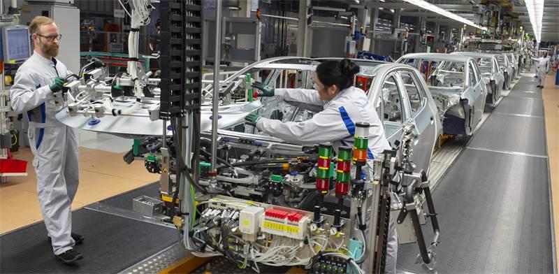 """מפעל של פולקסווגן בגרמניה. כל עובדי המפעל עברו לתוכנית """"עבודה מופחתת"""" / צילום: Jens Meyer, AP"""