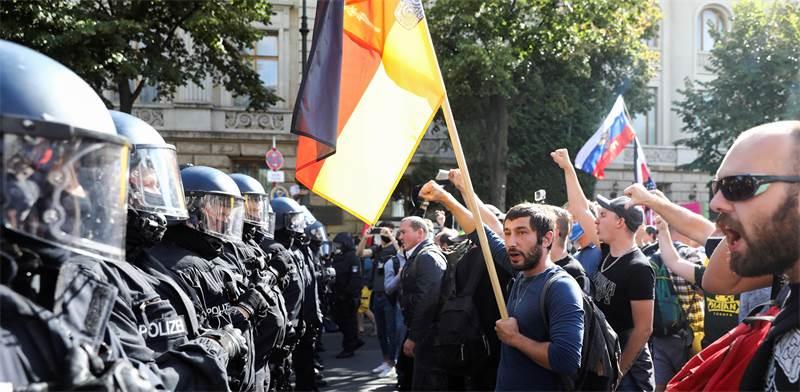 שוטרים עומדים מול הפגנת מתנגדי הקורונה בברלין / צילום: Christian Mang, רויטרס