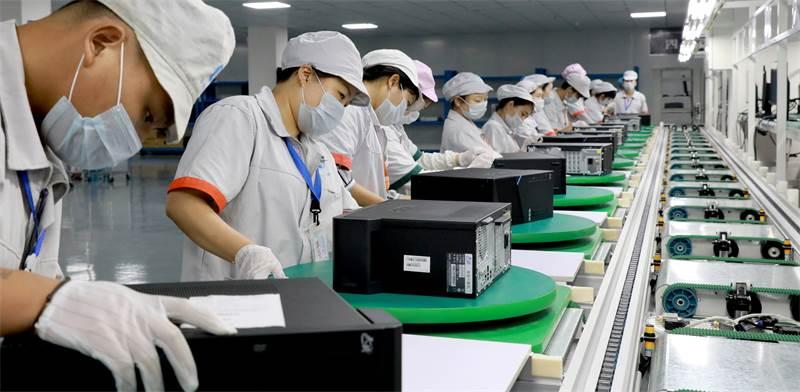 עובדי מפעל מחשבים בסצ'ואן צילום: רויטרס-Zhou Songlin