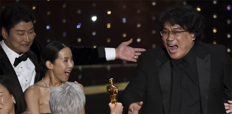 """בונג ג'ון-הו, במאי """"פרזיטים"""" מקבל את האוסקר לסרט הטוב ביותר / צילום: כריס פיזלו, AP"""