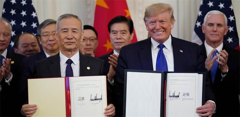 "נשיא ארה""ב דונלד טראמפ וסגן נשיא סין ליו הי חותמים על הסכם סחר / צילום: רויטרס, Kevin Lamarque"
