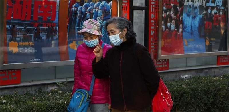 Andy Wong AP נשים מבוגרות ברחוב בבייגין