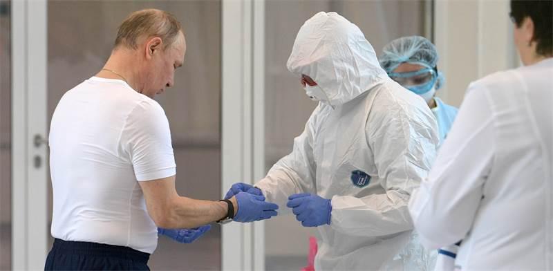 """נשיא רוסיה ולדימיר פוטין מבקר בביה""""ח לחולי קורונה במדינה / צילום: Alexei Druzhinin, Sputnik, Kremlin Pool, AP"""