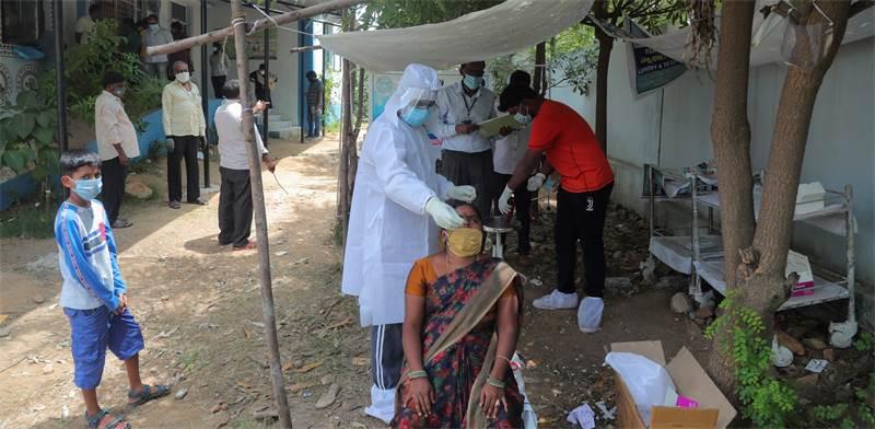 בדיקת קורונה במרכז ממשלתי בעיר היידראבאו, בהודו / צילום: Mahesh Kumar A., AP