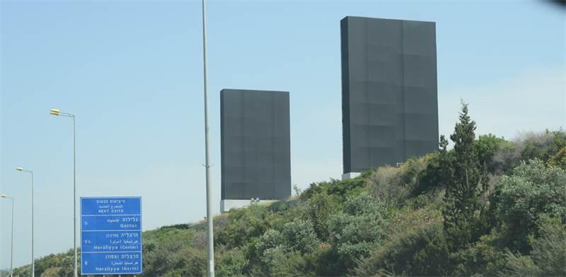 שלטי פרסום ריקים לצד איילון / צילום: איל יצהר, גלובס