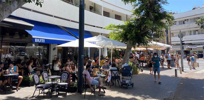 סועדים יושבים במסעדות בתל אביב היום / צילום: בר לביא, גלובס