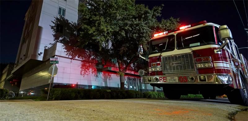 כבאית מחוץ לקונסוליה הסינית ביוסטון לאחר דיווחים על עשן במקום היום לפנות בוקר / צילום: David J. Phillip, AP