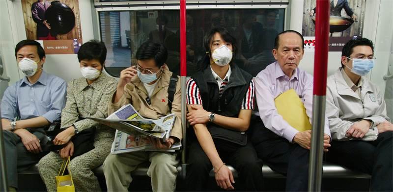 נוסעי הרכבת התחתית בהונג קונג, בשיא התפרצותו של נגיף הסארס במרץ 2003 / צילום: רויטרס