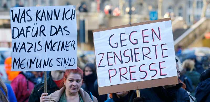 שלטים נגד העיתונות בהפגנה נגד איסלמיזציה בגרמניה / צילום: Wolfgang Rattay