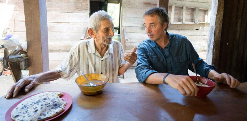 """ביוטנר לצד בן 100 פלוס בלומה לינדה. """"ביקרתי בכל אחד מהאזורים הכחולים עשרות פעמים, אז אני מרגיש מקומי"""" / צילום: פרטי"""