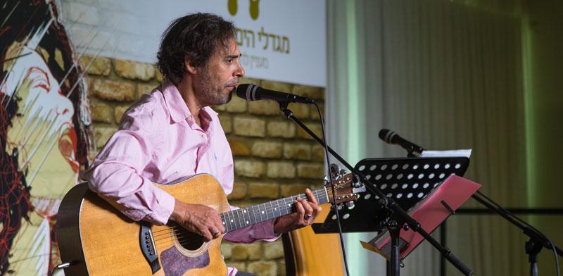 חמי רודנר בהופעה במגדלי הים התיכון / צילום: אודי גורן
