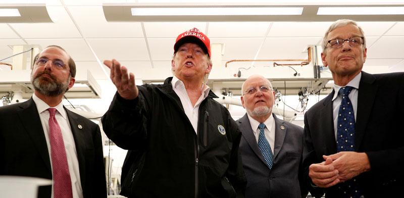 """נשיא ארה""""ב דונלד טראמפ במרכז למניעת מגפות / צילום: רויטרס - Tom Brenner"""