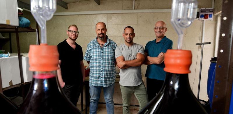 """מימין: היזמים הראל, ד""""ר שליסל וגרבר; ועובד החברה איתי כץ (השני מימין) / צילום: איל יצהר"""