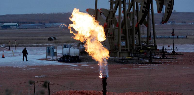 """קידוח נפט במדינת דקוטה הצפונית. למרות קריאות השבר בנושא האקלים, תעשיית הנפט והגז בארה""""ב רק הולכת וגדלה / צילום: AP - Eric Gay"""