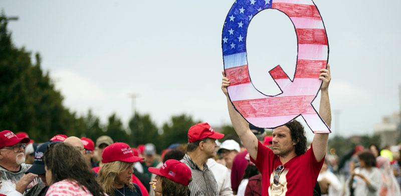 תומכי QAnon בעצרת של טראמפ בווילקס בארה, פנסילבניה, 2018 / צילום: AP - Matt Rourke