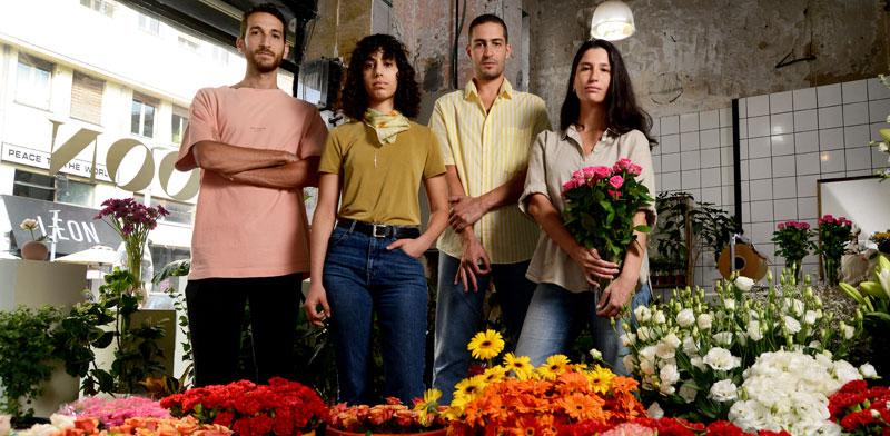"""מימין: הבעלים אליענה גולומב, אורי חזיזה, הילה מרסל קוק ודן סרוסי. """"הבחנו שבזמן הסגר אנשים דואגים להניח פרחים בפריים של הזום"""" / צילום: איל יצהר"""