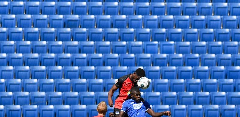 משחק בליגה הגרמנית בשבוע האחרון. כיסאות ריקים באצטדיון רפאים / משחק בליגה הגרמנית בשבוע האחרון. כיסאות ריקים באצטדיון רפאים