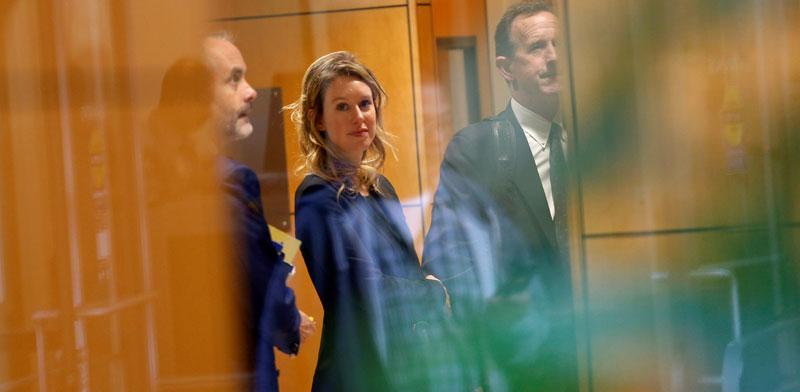 אליזבת הולמס במשפט נגד תרנוס / צילום: רויטרס - Stephen Lam