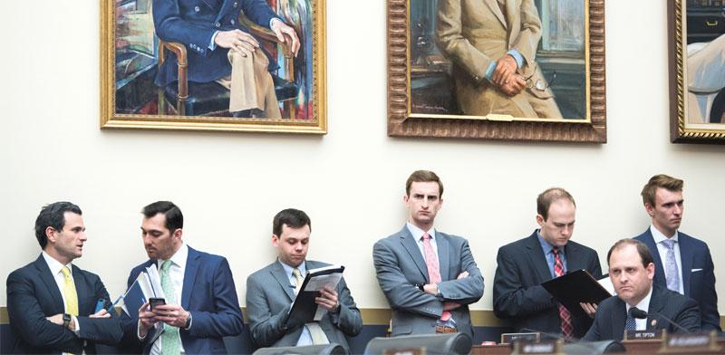"""עוזרי מנכ""""לי הבנקים הגדולים בארה""""ב בשימוע על אחריות הבנקים למשבר הכלכלי ב־2008. 100% לבנים / צילום: AP - Tom Williams"""
