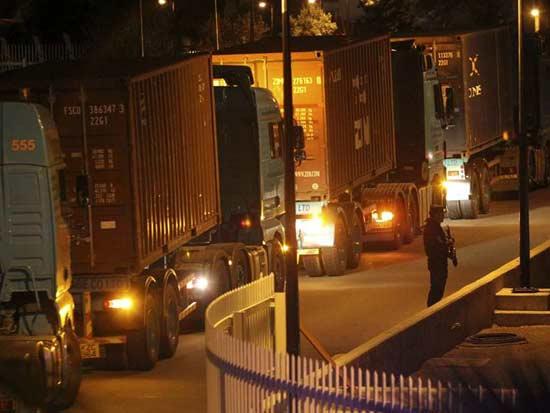 משאיות טעונות בכסף בדרך לקפריסין