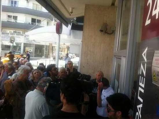 אנשים ממתינים לפתיחת הבנקים בקפריסין
